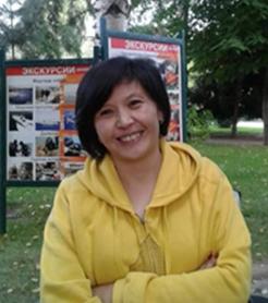 hymyilevä nainen keltaisessa hupparissa
