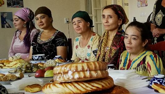 Kuvassa on ryhmä naisia pöydän ääressä